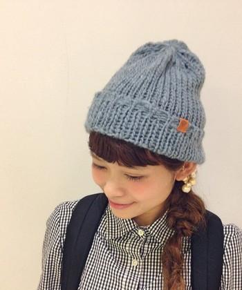 あたたかみあるざっくり編みがかわいいニット帽に、ゆるふわ変形サイド三つ編みを。個性的でとってもおしゃれ。