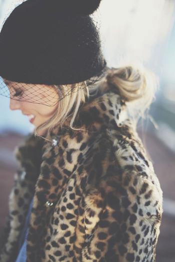 エレガントなチュール付ニット帽には、後ろでゆるく結んだおだんごヘアを。後れ毛風のサイドの髪のバランスが可愛らしい。