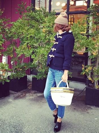 落ち着きのあるベージュカラーのニット帽にゆるく編んだ三つ編みをまとめた編みこみスタイル。バッグや靴などとともに可愛らしさをアップします。