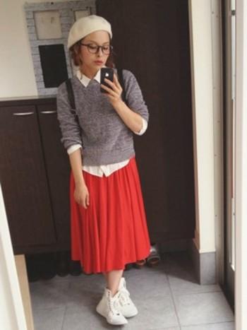 優等生っぽさが可愛い。ベレーとシャツとスニーカーの爽やかな白が◎。スカートに、無難なモノトーンを選ばずあえて赤を持ってくるところが、すごい! おしゃれ上級者コーデです。
