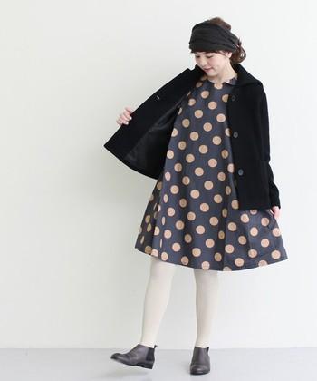 セーラーカラーのショート丈コート。 シンプルカラーなコートには、インナーでコントラストを♪