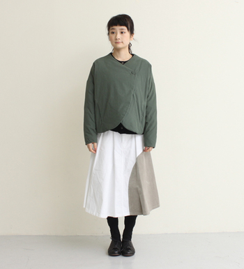 同じく薄いダウン素材のショートジャケット。かわいいカットはギャザースカートにも良く合いますね。