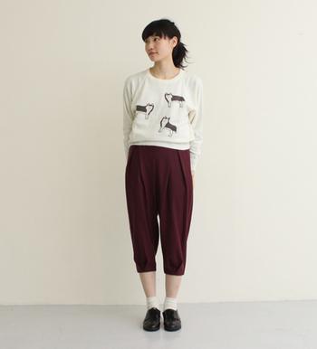 ユニークなシルエットの7分丈パンツ。 柄もののタイツやハイソックスを履いてもいいかもしれませんね。