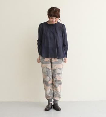 ニット素材の柄パンツ。トップスはシンプルなブラウスやセーターが合います。