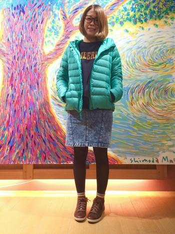 ケミカルウォッシュ加工されたスカートにティンバーランドのブーツがよく合います!靴下の着こなし方も参考になりますね。