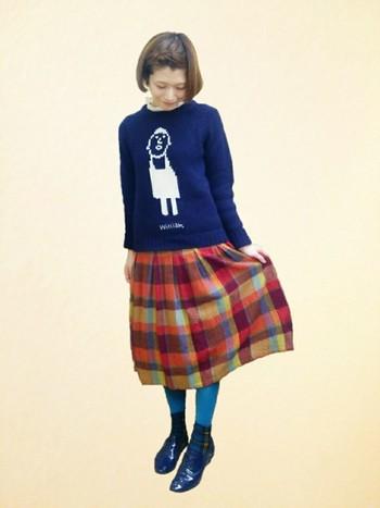スカートの差し色と色を合わせたコーディネート。 あたたかみのあるコーディネートにさわやかさをプラスして。