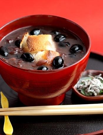 お正月に一度は食べるぜんざい。そのぜんざいに黒豆をトッピングしてはいかがでしょう。同じ豆なので合わないはずありません。食感の違う2種類の豆で、いつものぜんざいより美味しさがアップします。