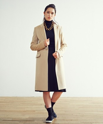 流行のタートルネックセーターともチェスターコートは好相性です。