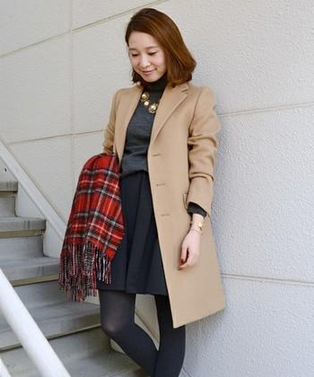 コートよりも少し短いフレアスカートと併せています。 コート以外をダークトーンで抑えることで、レディ感が引き立ちます。