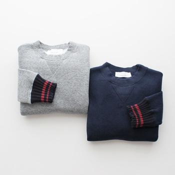 リブの部分にラインが入ったデザインは、ありそうでなかなかないもの。 PHEENYのプルオーバーは、着丈が49センチと、スカートにもパンツにもバランスよく着られます。