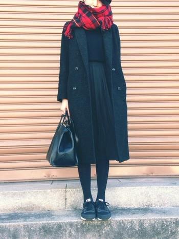 チェスターコートのかっちり感を大事に、スカートの丈はコートと同じ長さですっきりと。 ワントーンコーデの差し色になる赤いストールがとっても素敵。