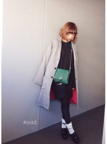 ベージュやブラックももちろんいいのですが、周りと差を付けたいなら、グレーがおすすめです。 ブラックくらいシックにまとまりつつ、ベージュよりも女らしい色味で、まさに今どきカラーなんです。鮮やかなグリーンのバッグを着こなしのポイントに。タイツにソックスを重ね履きして、今年らしさをプラス。