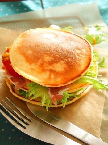 全粒粉入りのパンケーキをBLTサンド風に。新鮮なトマトとレタスとベーコンの代わりに生ハムを。中に入ったトマトやバジルのソースがポイント!たまにはパンケーキのサンドもいいですね。