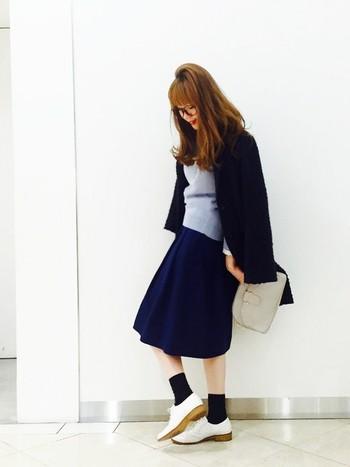 もこもこのポップコーンコートには水色のセーターと紺色のスカートを。靴下を黒にして足元の白ですっきりまとめている上級者のコーディネートです。