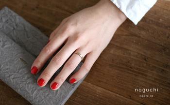 ゴールド色の強すぎないK14YGを使用し、落ち着いた趣のあるリングに。かたちのいびつさに愛おしさを感じます。