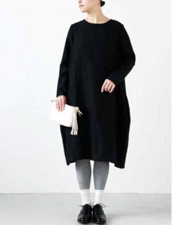 コクーンシルエットが魅力のワンピース。ただ地味になりがちなシンプルなブラックワンピースも、デイリーにも着やすい適度なカジュアル感を備えた1枚に。