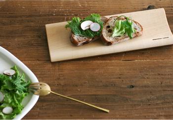 色の違う木を使い、裏表で使えるリバーシブルになっている木のお皿。ちょっとパンを置くだけでも食卓が華やかに見えます。