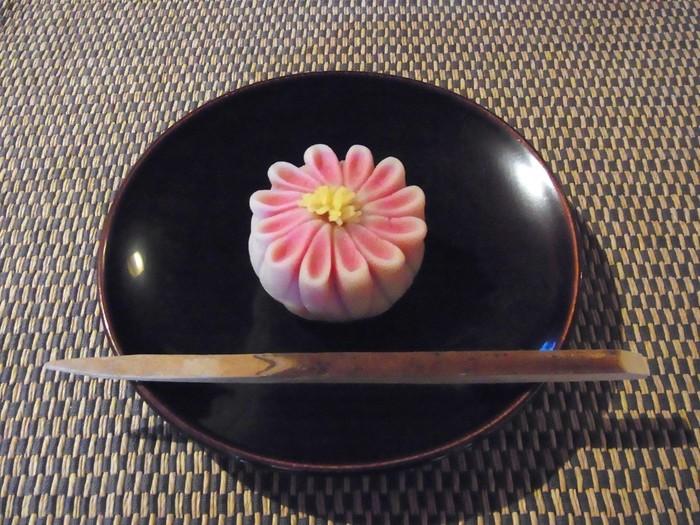 もはや芸術としかいいようがない、美しい和菓子。中でも、「菊」をモチーフにした「御園菊」は有名な逸品。