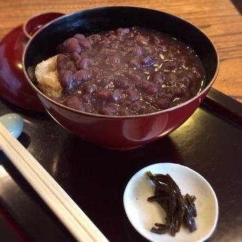 上質の小豆を煮込んだしっかりした甘みと、塩味のあるぜんざいで、玄米でできたお餅「亀山」が入ってます。こんがり焼いた玄米餅のなんとも香ばしいプチプチ感が、食欲をそそります。美味しい小豆とからめながら、美味しく頂きます。