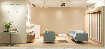 ショールームは新宿パークタワー内のリビングデザインセンターOZONE6Fにあります。 「雲の上のショールームスペース」をテーマにデザインされており、店内では左官の仕上げを見て、触って、素材をしっかりと知る事が出来ます。