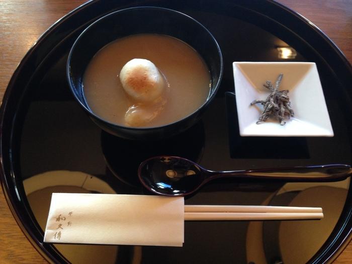和三盆糖を使った上品な栗餡に、粟のお餅が入っています。甘すぎず、料亭らしい上品な味。風情のあるお店で、和の醍醐味を存分に味わうことができます。