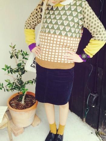 I am Iのカラフルニットにタイトスカート、靴下のからし色が目を惹きます♡