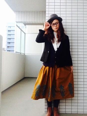 ROPE' PICNICのブラックジャケットとからし色スカートを合わせて。