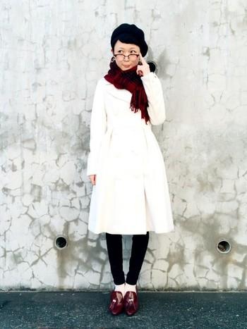 Aラインの白コートは女性の特権♪女性らしいラインが可愛いアイテムです。冬物はタイツを履いたり暗めのカラーのボトムスが多いので、白コートはボトムを気にせず羽織れます。