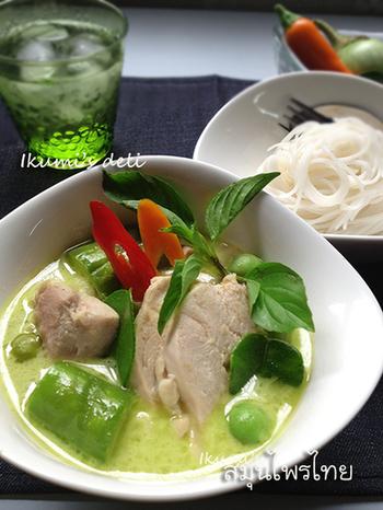 グリーンカレーをスープジャーに入れて、ごはんをお弁当箱に入れていけば、スープジャーにごはんを付けながらカレーを食べるランチのできあがり。温かさを保ってくれるスープジャーはメニューの可能性も広げてくれます。