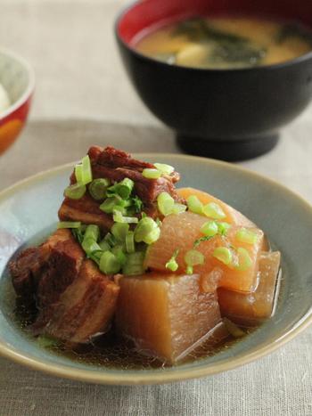 ◆圧力鍋で20分!豚バラ肉と大根の煮物  普通のお鍋なら、半日がかりの豚バラ肉の煮物も、圧力鍋ならたった20分!!敬遠しがちだった角煮も、食べたいときに作れるようになりますよ。 箸でつかんだら形が崩れてしまうほどにとろける大根と、ジューシーな豚バラ肉の相性は抜群です。