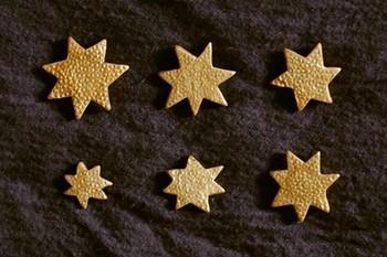 「星バッヂ」  ムラのある金色がやさしい雰囲気のバッヂ。