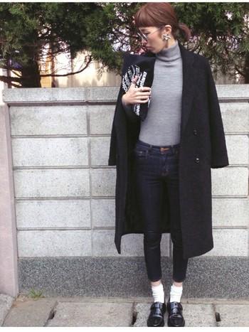 大流行中のチェスターコートには、スキニータイプのデニムが◎。 裾はロールアップさせるのがお約束のようです。