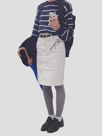 今っぽく着るのなら、オジ靴を合わせるのがベスト。 ギャルっぽくならずにデニムスカートが楽しめます。