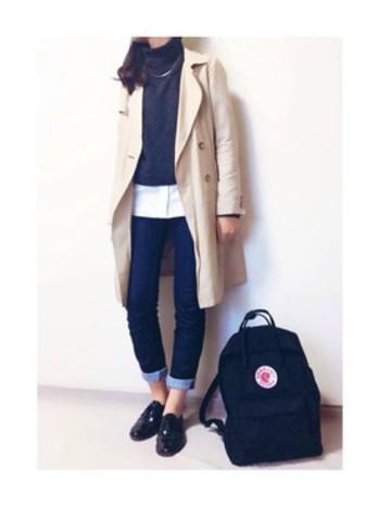 女性らしいデザインのトレンチコートにもスキニーデニムはピッタリです。 ロールアップ、オジ靴でトレンド感も忘れずに。
