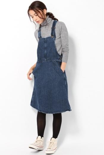 サロペットスカートは子供っぽくなりがちなアイテムですが、黒タイツを合わせてモノトーンコーデに落とし込めば、大人女子にもサラッと着こなせるお洒落アイテムなんです。