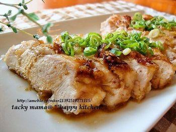 ◆鶏むね肉の胡麻だれ漬け焼き◆  市販の胡麻ドレッシングだれに漬けこんだお手軽レシピ。 胡麻ドレには鶏胸肉を柔らかくするお酢など、お肉をやわらかくする成分が入っているのですね。