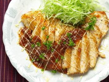 ◆スパイシー・チキンケチャップ・ソテー◆  玉ねぎのすりおろしやブラックペッパーを加えたスパイシーなケチャップソースが決め手。 ソースに漬けこむことで、さっぱりした鶏胸肉もしっとり美味しく仕上がります。