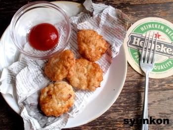 ◆鶏胸肉でチキンナゲット◆  フードプロセッサーがなくても大丈夫! ひたすら叩いて混ぜて成形し、油で揚げれば美味しいチキンナゲットの完成。 これはストレス発散にもなりそうなレシピですね♪