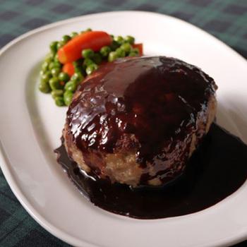 普段のハンバーグにマッシュポテト&チーズをプラスしてボリュームUPしたレシピです。仕上げはワイン&チョコレートのカカオの香り豊かな特製ソースで。