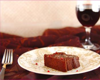 ずっしり濃厚なガトーショコラは、塩やピンクペッパーとパラリとかければ、より一層大人な味わいに。 レッドワインととっても合いますよ。