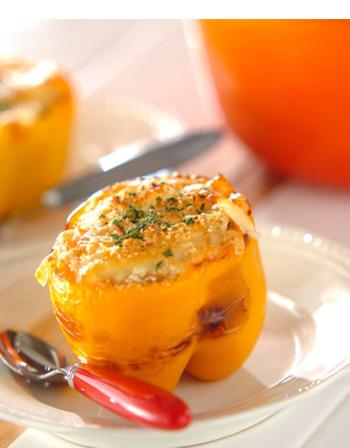パプリカを器にして、お野菜を丸ごと食べられるカレードリアに早変わり!