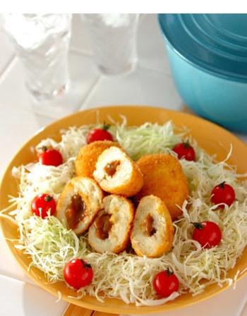 あらかじめ製氷皿に入れて凍らせたカレーをコロッケの中心に入れるだけ。 からりと揚がったコロッケの中から、とろーりとカレーが出てきてアツアツ美味しい♪