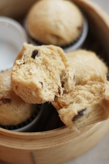 ふっくらと蒸しあがった蒸しパンは、寒い日の極上おやつ。温かい蒸しパンにバターを付けて。ホットミルクがあればなお最高。