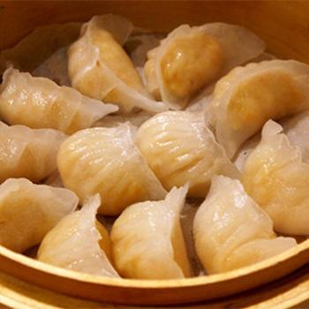 中華料理店や飲茶で出てくる、透き通った海老餃子。プリっぷりの海老とモッチリとした皮の食感と旨味は、蒸籠蒸しだからこそ生まれるもの。せっかく中華蒸篭があるのなら、ぜひ挑戦してみましょう。
