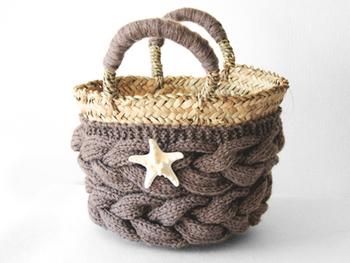 クラッチバッグの他にも、毛糸で手編みが施されたこんなキュートなカゴバッグもあるんですよ。