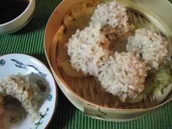 これも試してもらいたいシュウマイレシピです。シュウマイの皮の代わりに、水に浸したもち米をまとわせて蒸し上げた《もち米シュウマイ》。少々手間はかかりますが、甘くモッチリとしたもち米の食感と肉団子の旨味は堪らない美味しさです。