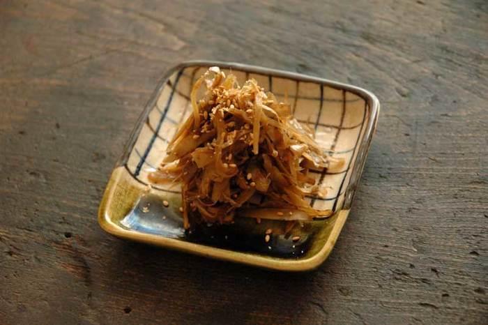 【きんぴらごぼう】 ごぼうを薄くささがきにすることで、味がしっかりなじみます。食物繊維も豊富で保存もきくので、作り置きしておけばお弁当にも使えてとっても便利です。