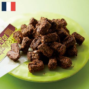ラトリエ ド ショコラ クランキー  ¥7,400(+8% ¥7,986)  フランスのバスク地方 バイヨンヌを拠点に展開する人気店が「ラトリエ ド ショコラ」。美食の土地らしいお店!と、バイヤーみりさんも注目する存在です。  お得意はさくさくチョコ。クランキーなクレープをヘーゼルナッツとアーモンドのプラリネでコーティングしたこのチョコは、サクッとした香ばしさとなめらかなチョコが絶妙に調和したおいしさ。