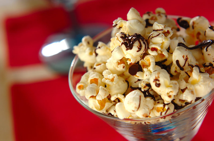 ポップコーンを炒りチョコレートでコーティングした塩チョコポップコーン。塩味とチョコレートは相性抜群です。