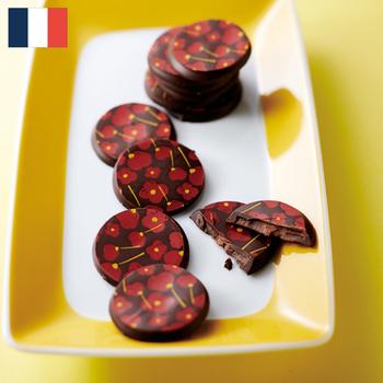 デリス コクリコ  ¥2,800(+8% ¥3,021)  愛らしいひなげしの花をプリントしたチョコは、フランス スムール地方のショコラトリー、デリスが生み出した逸品。  5~6月にかけて地元に咲き乱れる野生のコクリコ(ひなげしの花)を手摘みし、その新鮮なエキスを使ったキャラメルクリームを、上質なカカオ64%のダークチョコに閉じ込めました。